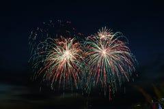 Feuerwerke an der Dämmerung Stockbild