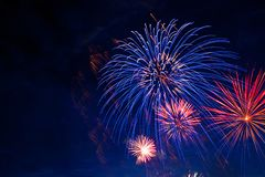 Feuerwerke in der Himmeldämmerung Feuerwerk auf Hintergrund des bewölkten Himmels Unabhängigkeitstag, 4. von Juli, Viertel von Ju Lizenzfreie Stockfotos