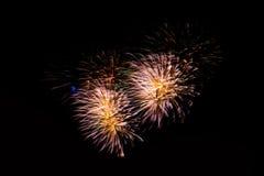 Feuerwerke in der Nacht Feierfeuerwerke des neuen Jahres, bunte Feuerwerke über dem bewölkten Himmel, angezeigt während eines Fei Lizenzfreie Stockfotografie