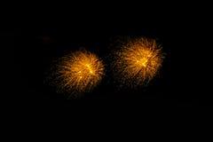 Feuerwerke in der Nacht Feierfeuerwerke des neuen Jahres, bunte Feuerwerke über dem bewölkten Himmel, angezeigt während eines Fei Lizenzfreies Stockbild