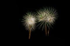 Feuerwerke in der Nacht Feierfeuerwerke des neuen Jahres, bunte Feuerwerke über dem bewölkten Himmel, angezeigt während eines Fei Lizenzfreies Stockfoto