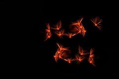 Feuerwerke in der Nacht Feierfeuerwerke des neuen Jahres, bunte Feuerwerke über dem bewölkten Himmel, angezeigt während eines Fei Stockfoto