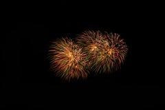 Feuerwerke in der Nacht Feierfeuerwerke des neuen Jahres, bunte Feuerwerke über dem bewölkten Himmel, angezeigt während eines Fei Stockfotografie