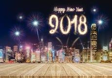 Feuerwerke des guten Rutsch ins Neue Jahr 2018 über Stadtbild nachts mit leerem Stockfoto