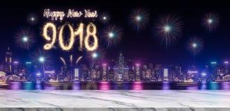 Feuerwerke des guten Rutsch ins Neue Jahr 2018 über Stadtbild nachts mit leerem Stockbilder
