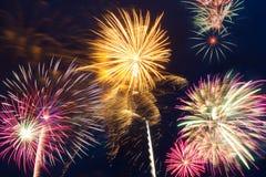 Feuerwerke des neuen Jahres auf dem Himmel Stockbild