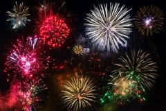 Feuerwerke des neuen Jahres auf dem Himmel Lizenzfreies Stockbild