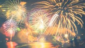 Feuerwerke des neuen Jahres auf dem Strand Stockfoto