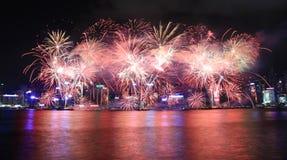 Feuerwerke, die das chinesische neue Jahr in Hong Kong feiern Stockfotos