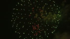 Feuerwerke, die im nächtlichen Himmel explodieren stock footage
