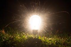 Feuerwerke, die von einer Glühlampe schaffen lizenzfreie stockbilder