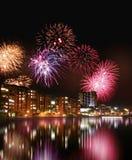 Feuerwerke durch das Wasser Lizenzfreie Stockfotos
