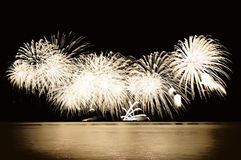 Feuerwerke durch das Wasser Stockbilder