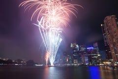Feuerwerke durch den Fluss in der Stadt Lizenzfreies Stockbild