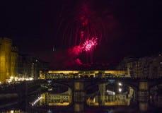 Feuerwerke durch die historische Brücke Ponte Vecchio in Florenz Lizenzfreie Stockfotografie