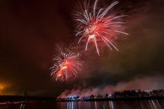 Feuerwerke explodieren das funkeln mit Blendungsergebnissen in Moskau, Russland 23. Februar Feier Stockbilder