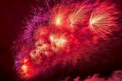 Feuerwerke explodieren das funkeln mit Blendungsergebnissen in Moskau, Russland 23. Februar Feier Stockfoto