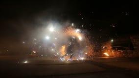 Feuerwerke Feuern Sie Erscheinen ab Jungen und Mädchen tanzen in Schuhe, die in die Nacht glühen Teil 18 stock footage