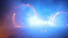 Feuerwerke Feuern Sie Erscheinen ab Jungen und Mädchen tanzen in Schuhe, die in die Nacht glühen Teil 19 stock footage