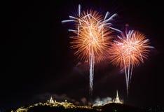 Feuerwerke gegen einen schwarzen Himmel Lizenzfreie Stockbilder