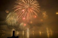 Feuerwerke Genfs die Schweiz auf dem See Stockfotos