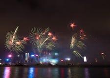Feuerwerke in Hong Kong New Year-Feier 2017 bei Victoria Harbor Lizenzfreie Stockfotografie