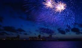 Feuerwerke im dunkelblauen Himmel Stockbild