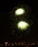 Feuerwerke im dunklen Hintergrund, Feuerwerke des orange Rotes in der Dunkelheit, bunte Feuerwerke, neues Jahr, Weihnachtsfeierta Lizenzfreie Stockfotografie