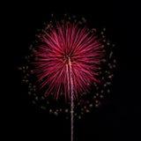 Feuerwerke im Hintergrund des nächtlichen Himmels Stockbild