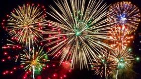 Feuerwerke im nächtlichen Himmel stockbilder