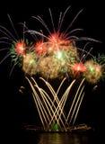 Feuerwerke im nächtlichen Himmel Lizenzfreie Stockfotografie