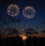 Feuerwerke im nächtlichen Himmel Stockbild