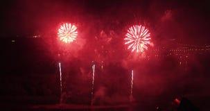Feuerwerke im Stadt-Himmel Luftbrummenszene stock footage
