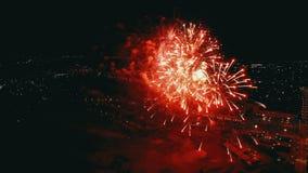 Feuerwerke im Stadt-Himmel Luftbrummenszene STADT-NACHTlichter Die Kamera dreht sich in ein Halbrund und es wird wie gesehen stock video