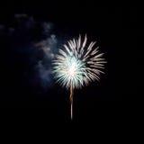 Feuerwerke leuchten dem Himmel lizenzfreie stockbilder
