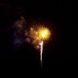 Feuerwerke leuchten dem Himmel lizenzfreies stockbild