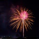 Feuerwerke leuchten dem Himmel lizenzfreie stockfotografie
