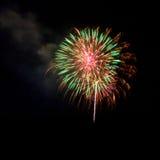 Feuerwerke leuchten dem Himmel stockfotos