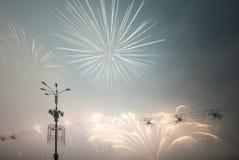 Feuerwerke leuchten im Himmel Stockfotos