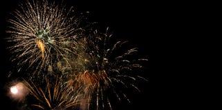 Feuerwerke lokalisiert auf schwarzem Hintergrund lizenzfreie stockfotos