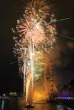 Feuerwerke an London-Auge lizenzfreie stockbilder