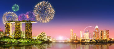 Feuerwerke in Marina Bay, Singapur-Skyline Lizenzfreie Stockbilder