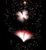 Feuerwerke mit maltesischen Flaggenfarben, Feuerwerke, Festival in Malta, Malteserkreuz explodieren, Feuerwerksfestival in Malta Lizenzfreie Stockfotos