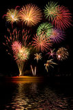 Feuerwerke mit Reflexionen Stockbilder