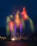 Feuerwerke mit Reflexionen stockbild