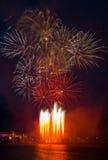 Feuerwerke mit Reflexionen stockfotografie