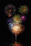 Feuerwerke mit Seereflexionen Stockfotos