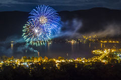 Feuerwerke nachts über See George NY während Octoberfest Lizenzfreie Stockbilder
