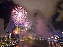Feuerwerke nachts über Singapur-Jachthafen-Schwall stockbild