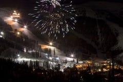 Feuerwerke nachts an einer Ski-Steigung Lizenzfreies Stockfoto